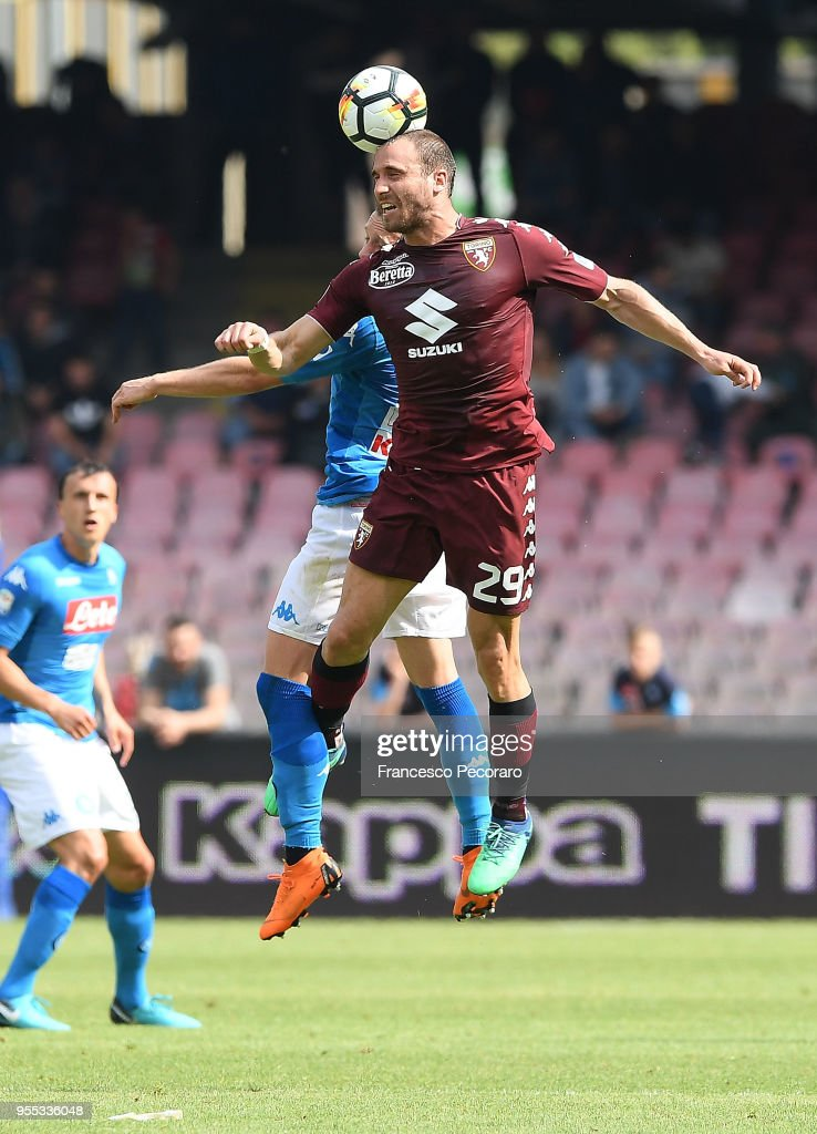 Mario Rui of SSC Napoli vies with Lorenzo De Silvestri of Torino FC during the serie A match between SSC Napoli and Torino FC at Stadio San Paolo on May 6, 2018 in Naples, Italy.