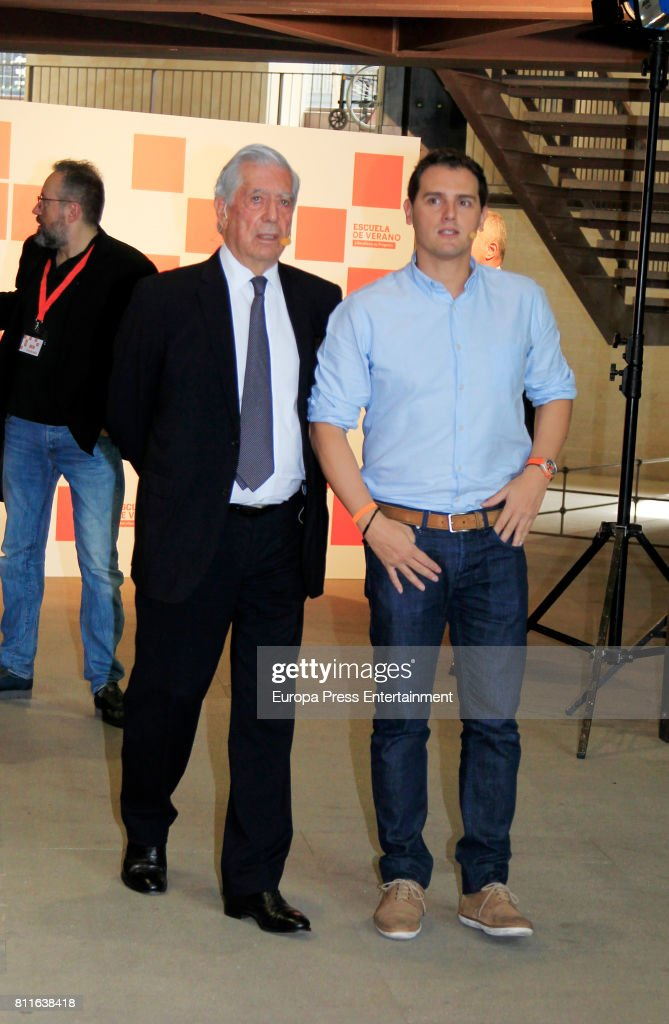 Famosos que han perdido mucha estatura y que no - Página 3 Mario-vargas-llosa-and-albert-rivera-attend-the-opening-of-ciudadanos-picture-id811638418