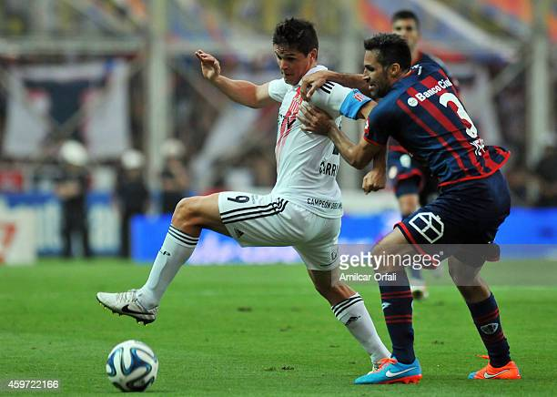 Mario Yepes of San Lorenzo and Guido Carrillo of Estudiantes struggle for the ball during a match between San Lorenzo and Estudiantes as part of...