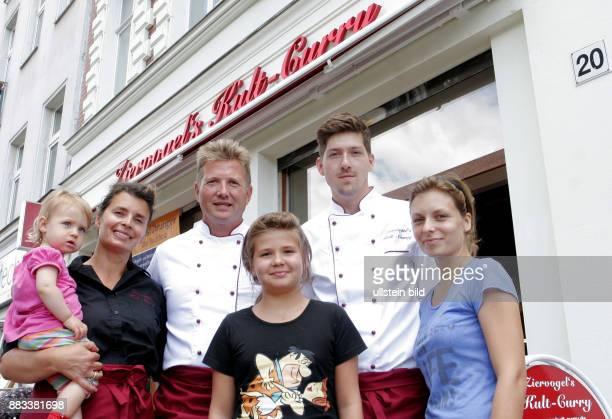 Mario Ziervogel mit Gattin Viola und Enkelin Marlene auf dem Arm davor Tochter Lisa rechts daneben Tochter Linda mit ihrem Freund Tom Heiden...