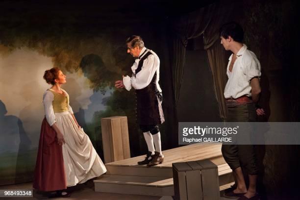 Marion Bierry Bernard Menez et Sinan Bertrand sur scène interprètent au Théâtre de Poche Montparnasse 'Le Legs' de Marivaux mise en scène de Marion...