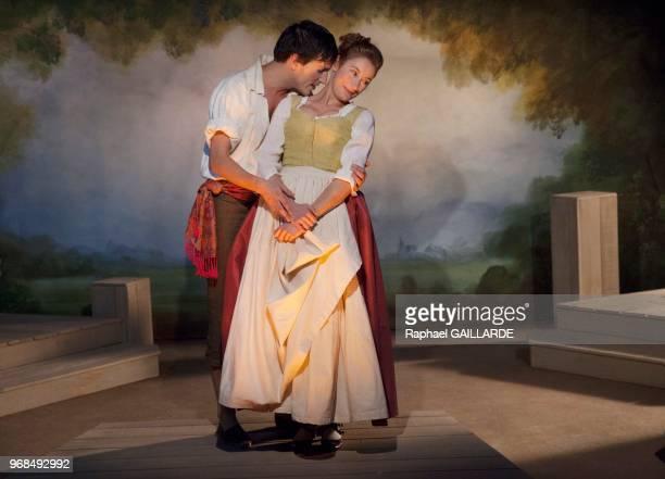 Marion Bierry et Sinan Bertrand sur scène interprètent au Théâtre de Poche Montparnasse 'Le Legs' de Marivaux mise en scène de Marion Bierry le 13...