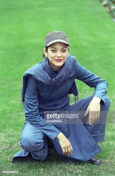 Marion Cotillard en seance de pose au festival du film de Sarlat pour le film 'Du bleu jusqu'en Amerique' de Sarah Levy 11/1999 Marion Cotillard in...