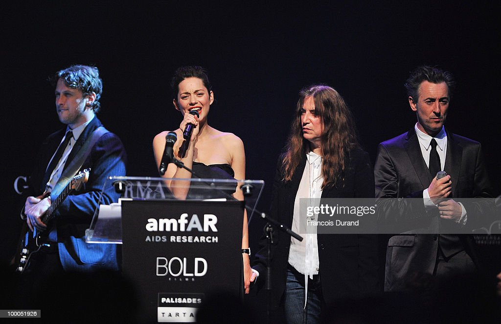Marion Cotillard, Patti Smith and Alan Cumming speak during amfAR's Cinema Against AIDS 2010 benefit gala at the Hotel du Cap on May 20, 2010 in Antibes, France.