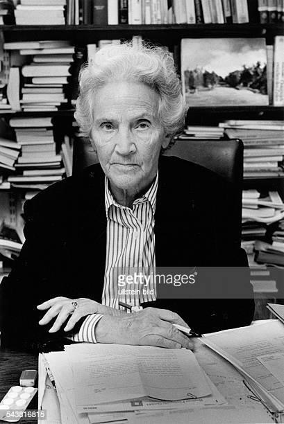 """Marion Gräfin Dönhoff, *1909-2002+, German journalist, Publisher of the weekly newspaper """"Die Zeit"""" - Portrait, c1990-1997"""