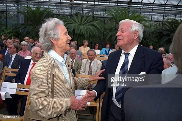 """Marion Gräfin Dönhoff und Helmut Schmidt, beide Herausgeber der Wochenzeitung """"Die Zeit"""", begrüßen sich herzlich. ."""