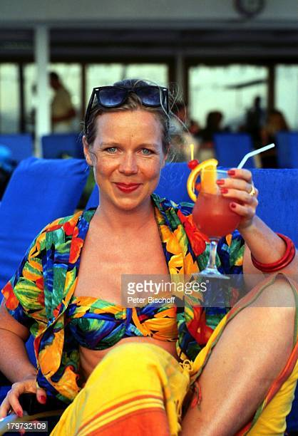 Marion Kracht ZDFReihe 'Traumschiff' Folge 23 'Hongkong' China MS 'Berlin' Kreuzfahrtschiff Kreuzfahrt Urlaub Sonnenbrille Cocktail Badeanzug Bikini...