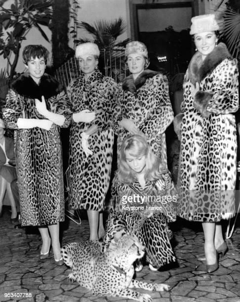 Marion Michael avec un léopard entourée de mannequins lors d'un unique défilé de mode présentant des modèles en fourrure d'animaux de la jungle à...