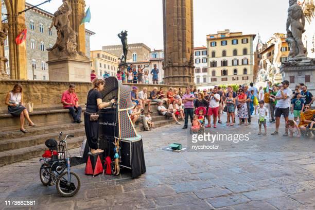 イタリア、フィレンツェのデッラ・シニョーリア広場でマリオネットショー。 - シニョーリア広場 ストックフォトと画像