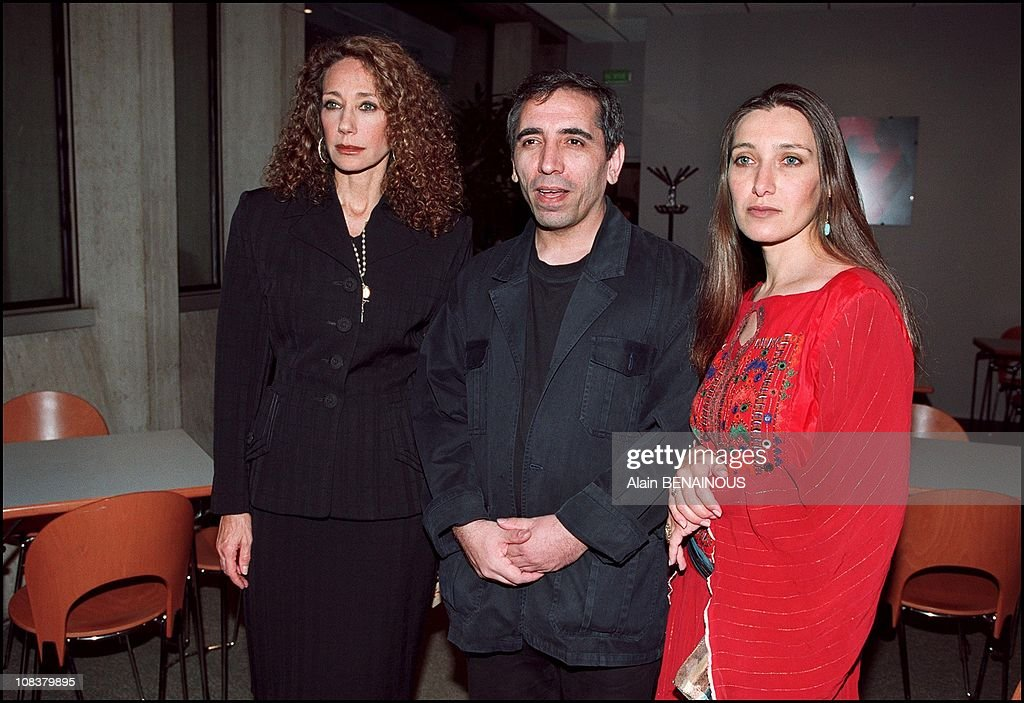 Mohsen Makhmalbaf receives award from Marisa Berenson and Unesco for his movie 'Kandahar' in Paris, France on October 03, 2001. : News Photo