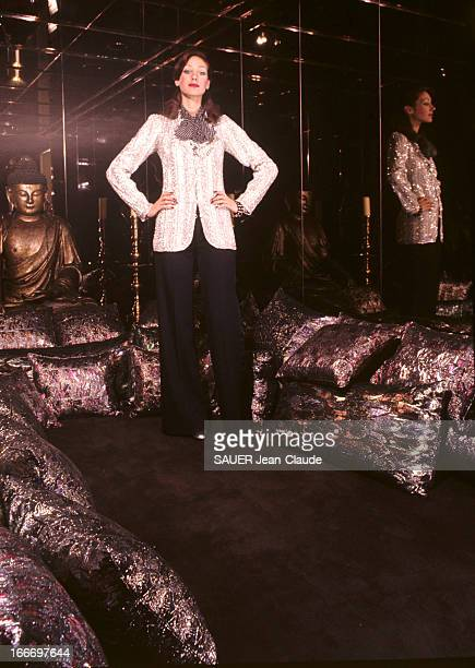 Marisa Berenson Presents The Models Of The Spring 1972 Couture Collection Of Yves Saint Laurent Yves SAINT LAURENT a permis à Marisa BERENSON de...