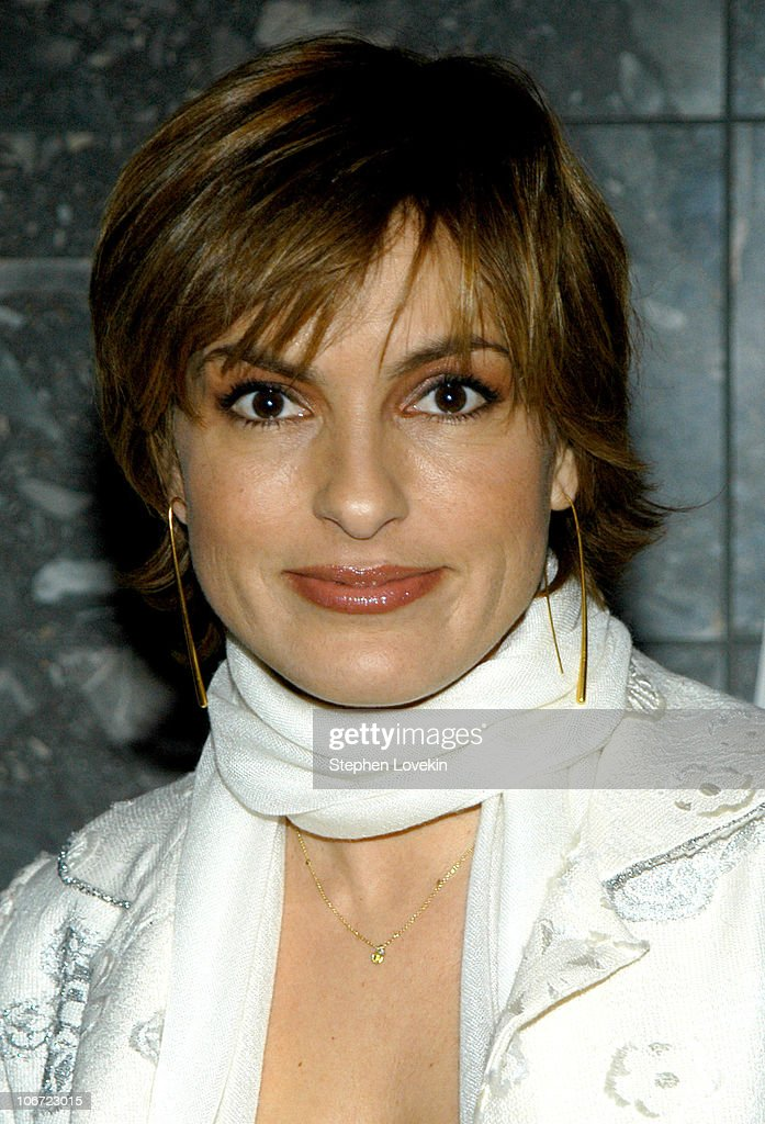 Mariska Hargitay During Celebrity Bartending Bash At The Paramount News Photo Getty Images
