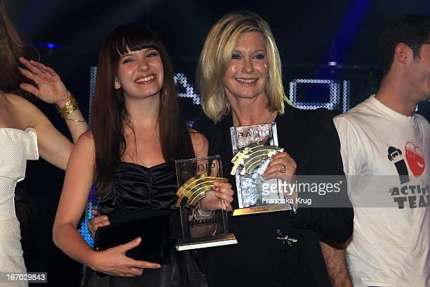 Marit Larsen Und Preisträgerin Olivia Newton John Beim Radio Regenbogen Award In Der Schwarzwaldhalle In Karlsruhe