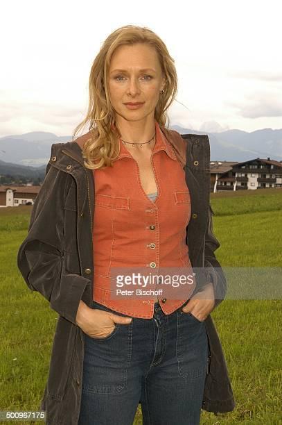 Marita Marschall ARDFilm Der Ruf der Berge alter Titel Alarm in den Bergen Ellmau /Tirol/Österreich AlmWiese Promi PNr 664/2004 NB Foto PBischoff/L...