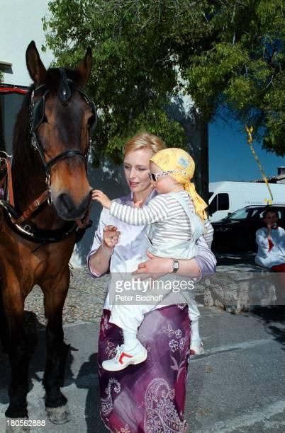Marita Marschall Tochter ZoeMariewährend der Dreharbeiten zu derZDFProduktion Eine Liebe auf MallorcaMallorca/Spanien Sonnentuch PferdKutsche Urlaub...