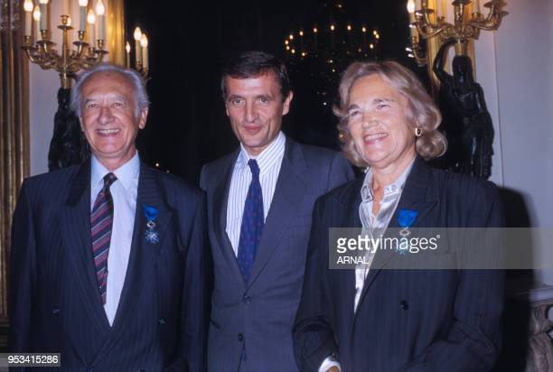 Maritie et Gilbert Carpentier recoivent une décoration des mains du ministre François Léotard en septembre 1988 à Paris France