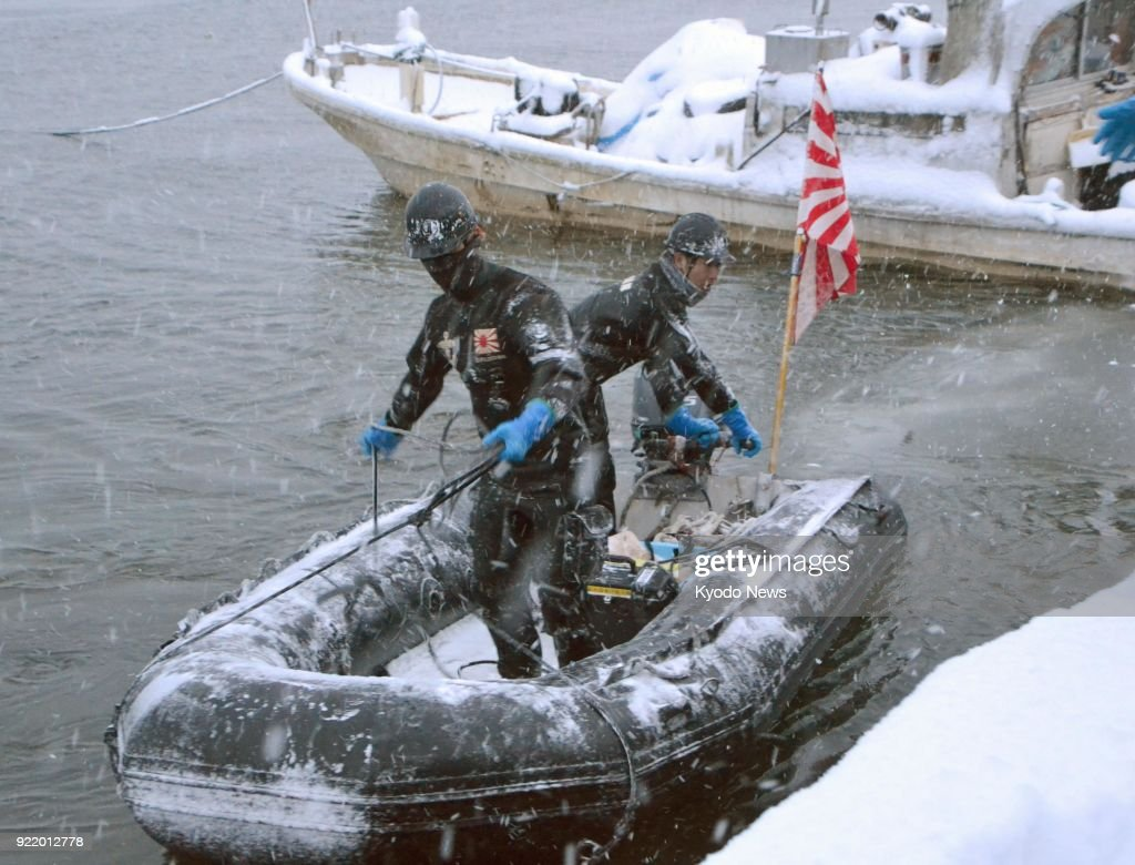 Maritime Self-Defense Force personnel return from investigation in preparation to recover leaked oil at Lake Ogawara in Aomori Prefecture on Feb. 21, 2018, a day after a U.S. fighter jet dumped fuel tanks into the lake following an engine fire. ==Kyodo