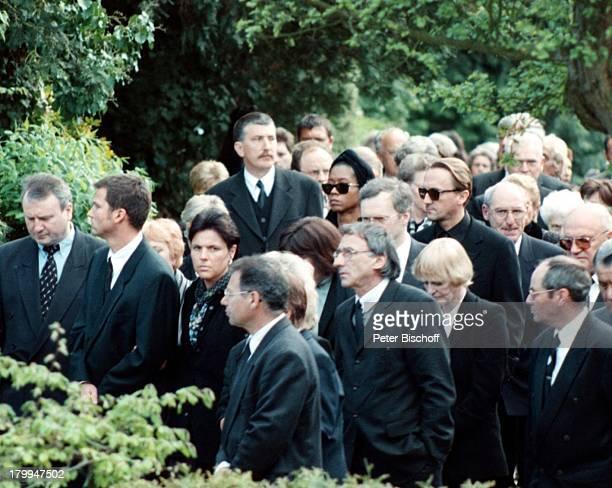 Marius Müller Westernhagen EhefrauRommney Trauergäste Beerdigung vonKarlHeinz Becker Leimen Sonnenbrille
