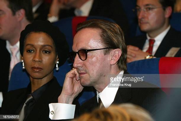 Marius Müller-Westernhagen Mit Ehefrau Romney Bei Der Verleihung Des Deutschen Medienpreis 2003 In Baden Baden Am 210104 .