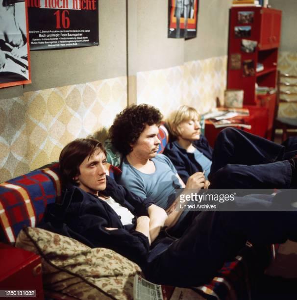 Marius MüllerWesternhagen Ronald Nitschke und Pierre Franckh sitzen im Aufenthaltsraum auf dem Sofa in Block 7 Eingeliefert zur Vollstreckung Regie...