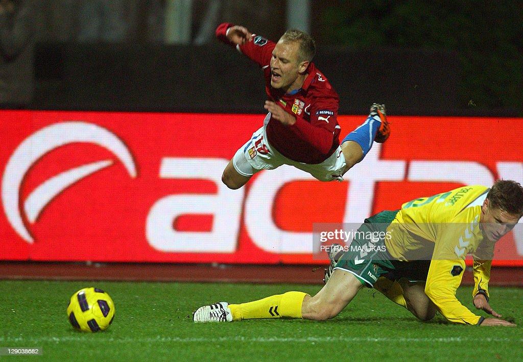 Marius Zaliukas (R) of Lithuania vies fo : News Photo
