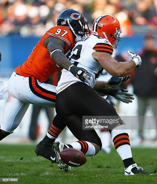 Mark Anderson of the Chicago Bears hits Steve Heiden of the Cleveland Browns as he catches the ball forcing an incomplete pass at Soldier Field on...
