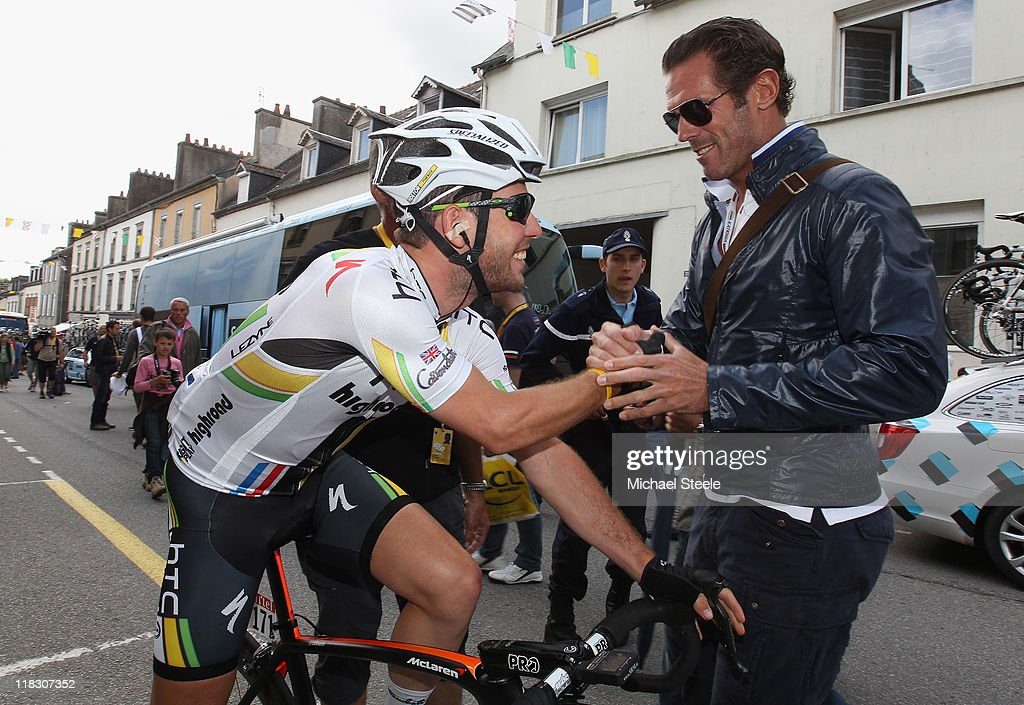 Mark Cavendish (L) of Great Britain and HTC Highroad shakes hands with ex sprinter Mario Cipillini (R) of Italy during Stage 5 of the 2011 Tour de France from Carhaix to Cap Frehel on July 6, 2011 in Cap Frehel, France.