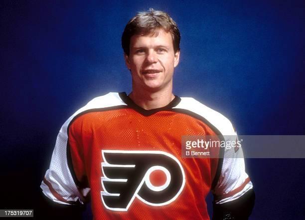Mark Howe of the Philadelphia Flyers poses for a portrait circa 1987 at the Spectrum in Philadelphia Pennsylvania