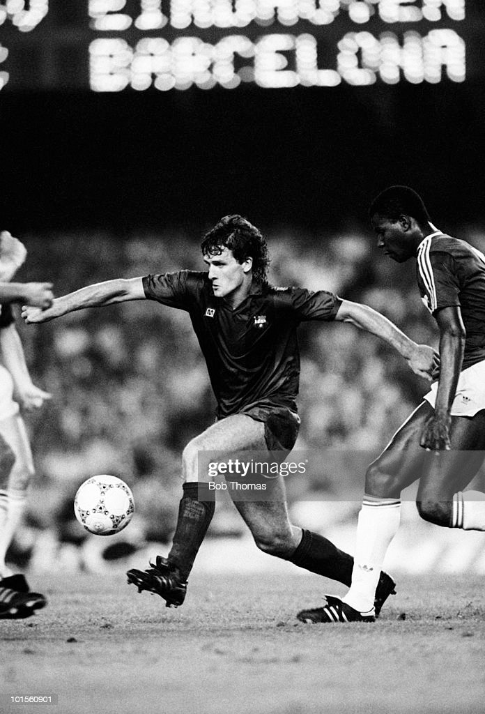 Mark Hughes of Barcelona in action against PSV Eindhoven during the Gamper Tournament match held at The Nou Camp Stadium, Barcelona on 19th August 1986. Barcelona beat PSV Eindhoven 1-0. (Bob Thomas/Getty Images).