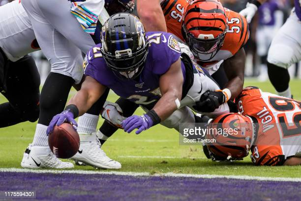 Mark Ingram of the Baltimore Ravens dives for a touchdown against Nick Vigil and LaRoy Reynolds of the Cincinnati Bengals during the first half at MT...