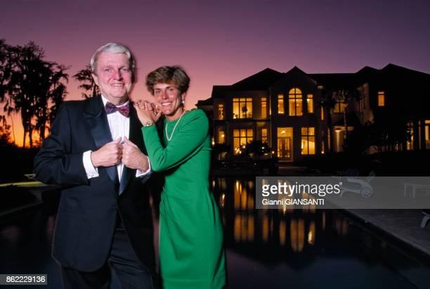 Mark McCormack, pdg de IMG, agent de sportifs et avocat américain, avec sa femme Betsy dans sa villa de Orlando en Floride le 1er mars 1993,...