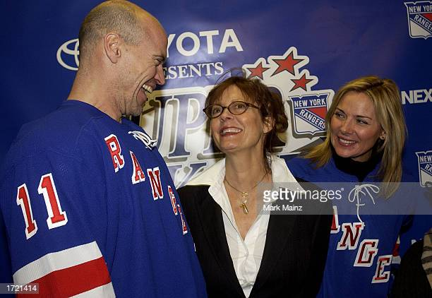 Mark Messier actress Susan Sarandon and actress Kim Cattrall attends the Super Skate V January 12 2003 at Madison Square Garden in New York City