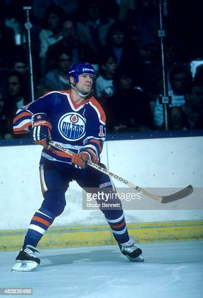 Mark Messier of the Edmonton Oilers skates with the puck during an NHL game against the New York Islanders circa 1990 at the Nassau Coliseum in...
