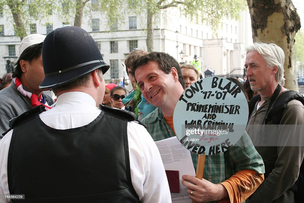 Mark Thomas goes to Downing Street, the official London residence of Prime Minister Tony Blair, as part of his protest against SOCPA, the so called, Serious Organised Crime and Police Act 2005. Comic, Mark Clifford Thomas and friends are participating on, Mass Lone Demos, The BIG One, numerous mini demonstrations that often use satire and humour to Challenge New Labour's laws that restricts liberty. London, April 21st 2007. Job: 21463 Ref: ZB2810_166482_085RKW - Non-Exclusive, World Rights