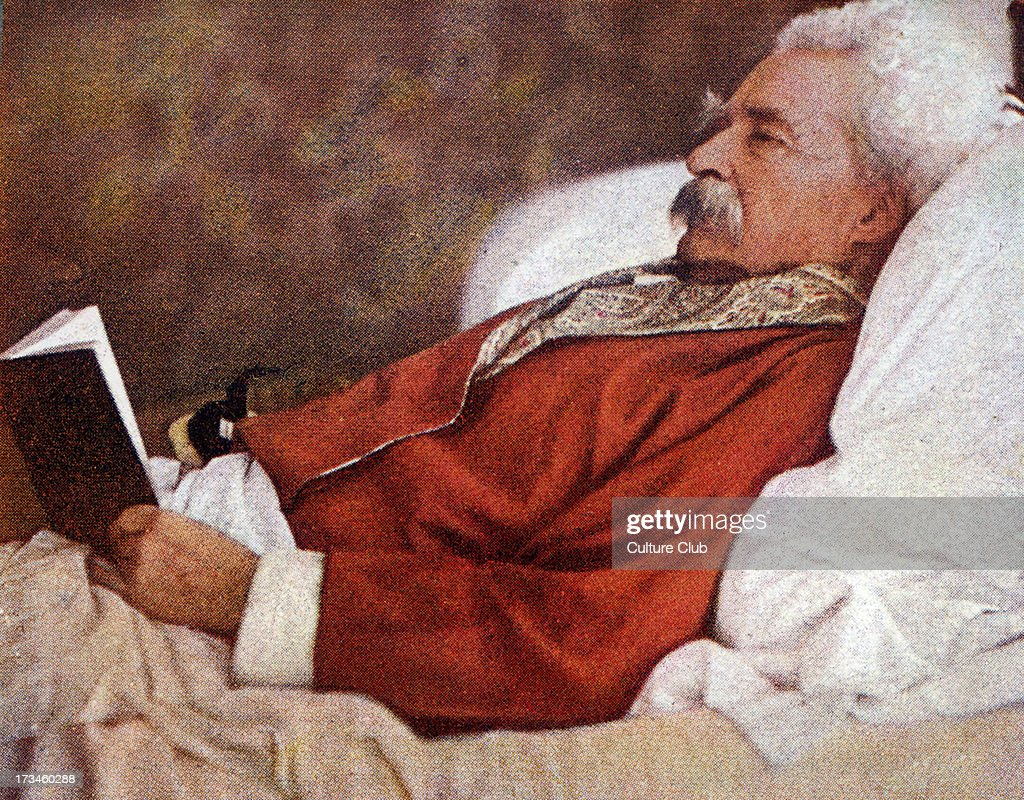 Mark Twain reading in bed : News Photo