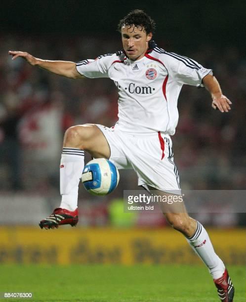 Mark van Bommel Mittelfeldspieler FC Bayern München Holland in Aktion am Ball