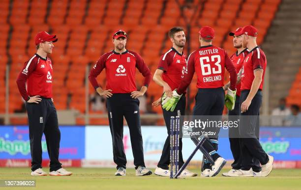 Mark Wood of England celebrates the wicket of KL Rahul of India with Eoin Morgan , Dawid Malan, Jos Buttler, Jason Roy and Ben Stokes during the 3rd...