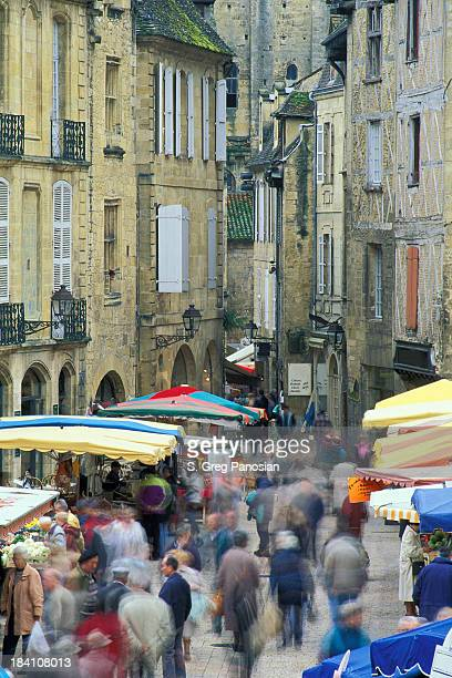 market day in sarlat - sarlat stock photos and pictures