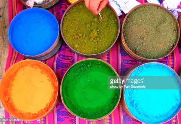 market display of peruvian textile dyes - cultura peruana fotografías e imágenes de stock