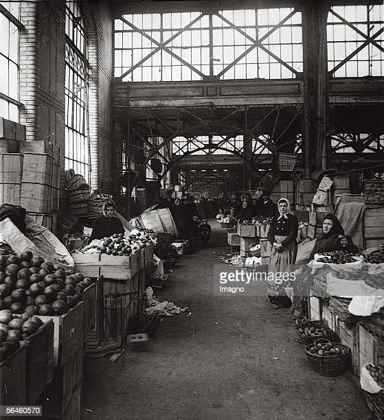 Market Hall in Budapest Rakczier Square Photography Around 1900 [Die Markthalle auf dem Rakczier ter in Budapest Photographie Um 1900]