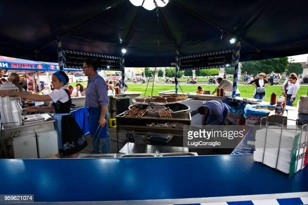 markt van 1 mei in padua, voedsel stand - gerookte worst stockfoto's en -beelden