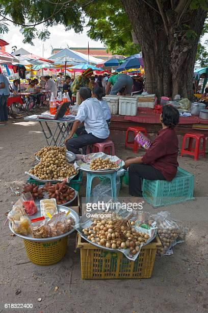 market outside wat phra mahathat woromaha vihan - gwengoat foto e immagini stock