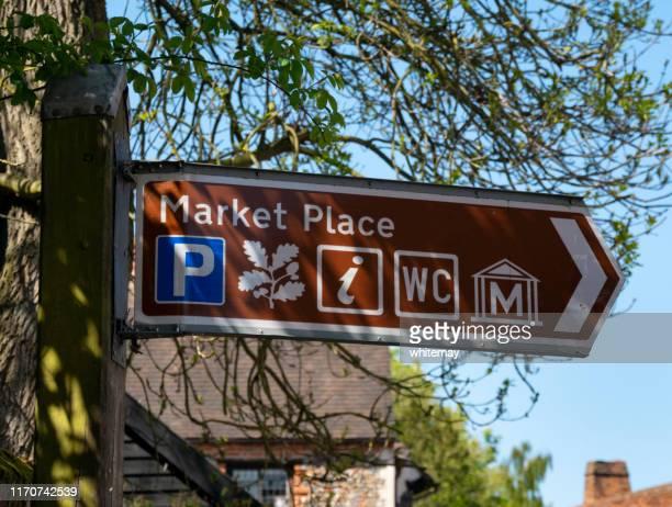 señal direccional de market place en lavenham, suffolk - lavenham fotografías e imágenes de stock