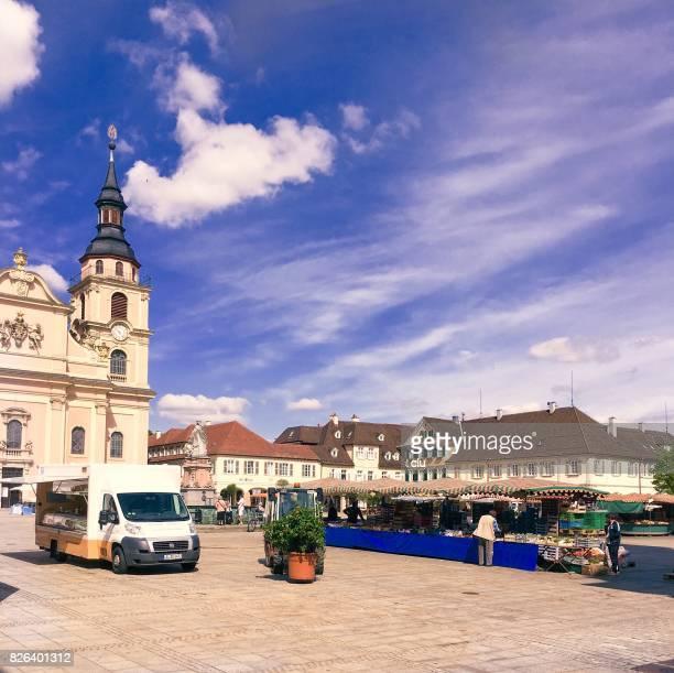 Plaza del mercado en Ludwigsburg con mercado se encuentra