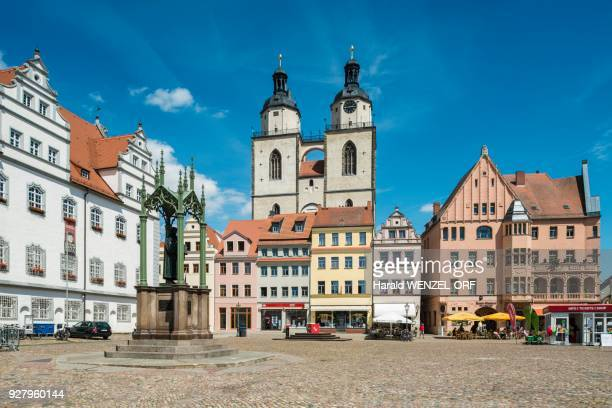 market square with town hall and luther monument, at back parish church st. marien, luther city wittenberg, saxony-anhalt, germany - marktplatz stock-fotos und bilder