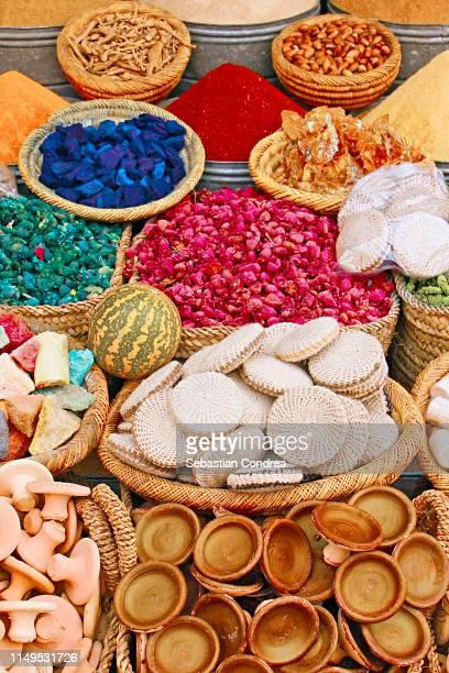 market stall close-up spice in the medina, marrakech, morocco - agadir photos et images de collection