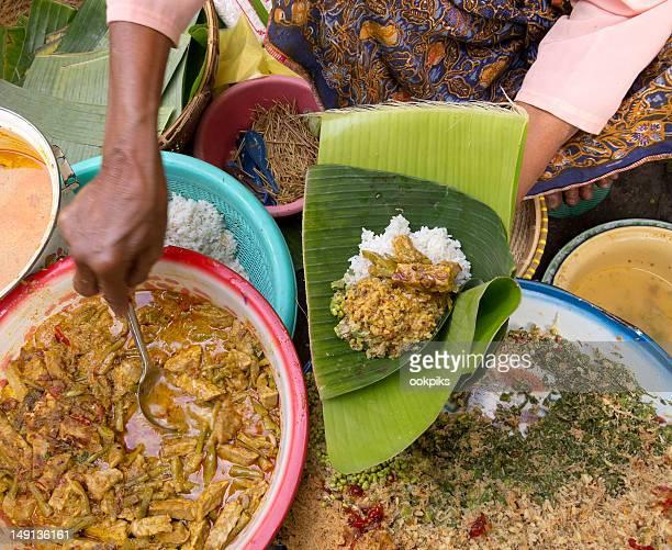 puesto de mercado curry hoja de banana envasado de indonesia - lombok fotografías e imágenes de stock