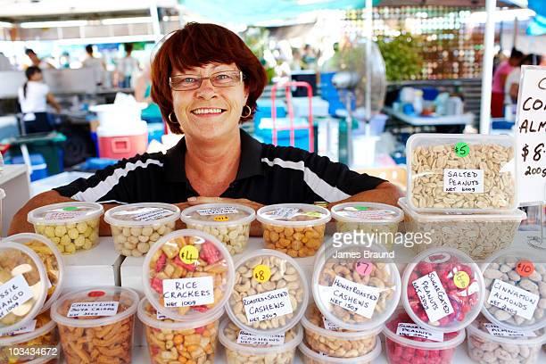 market stall holder - territorio del norte fotografías e imágenes de stock