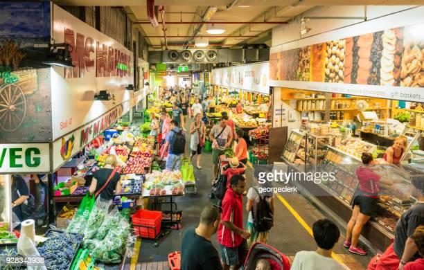 marktkramen verkopen producten in centrale markt van adelaide - adelaide city stockfoto's en -beelden