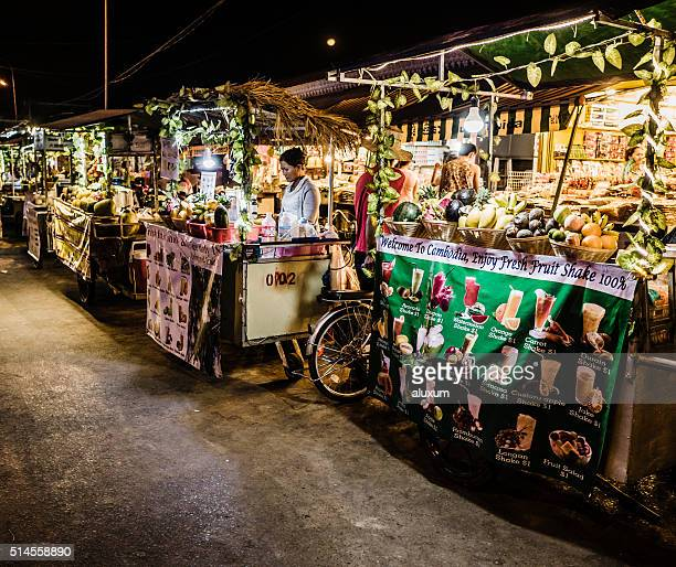 シェムリアップカンボジアのマーケット屋台 - シェムリアップ ストックフォトと画像